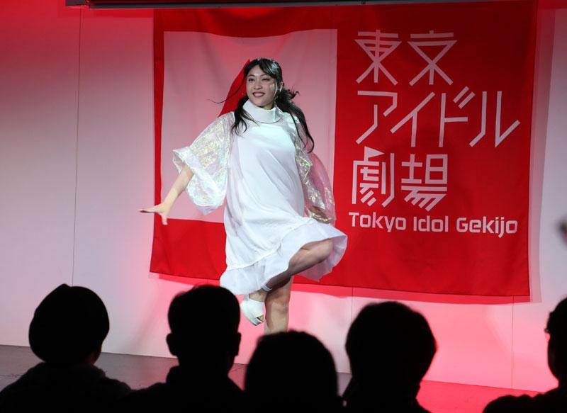 Images : 13番目の画像 - 「ミライスカート/東京アイドル劇場で新曲「旅行の友」を初披露! なのに、完璧なコール&旅行の友ふりかけを手に声援を送るファンの姿に、児島は思わず笑顔に」のアルバム - Stereo Sound ONLINE