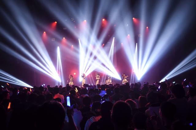 画像: ワンマンライブで初となる生バンドとの共演