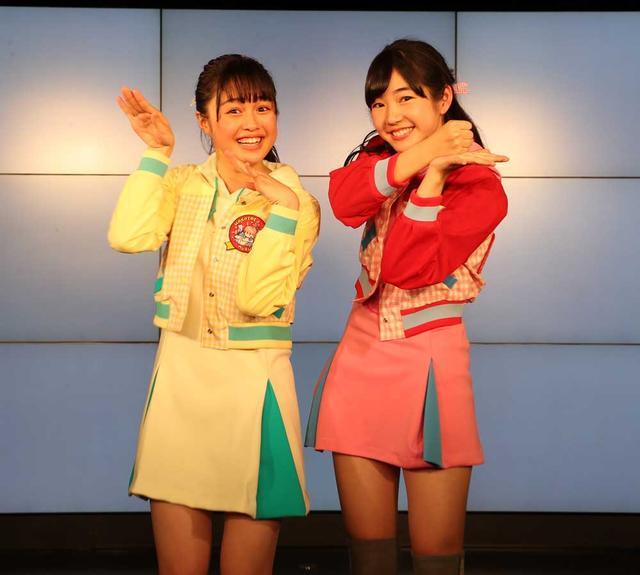 画像: 5期生の依田彩花(左)と山本花奈(右)。ライブ本編で決まったニックネームをイメージしたポーズ(依田はヨーダ、山本はおろしちゃん)