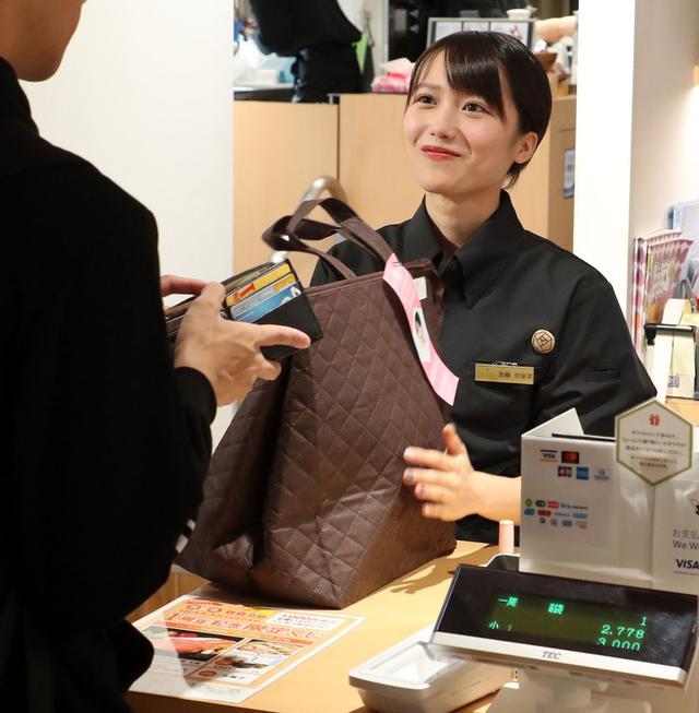 画像: 自身考案の福袋を販売。中身は店内5カ所にポップを掲出している特産品
