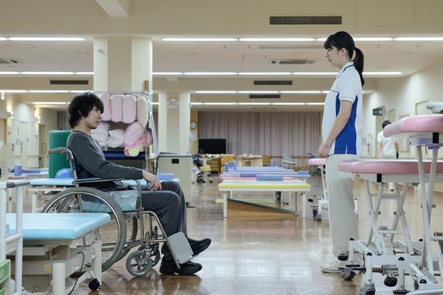 画像6: 「宇野愛海」主演作、「歩けない僕らは」がいよいよ11月23日より公開。「仕事に行き詰りながらも、しっかりと前を向いて患者と向き合う遥のかっこいい姿を見てほしい」
