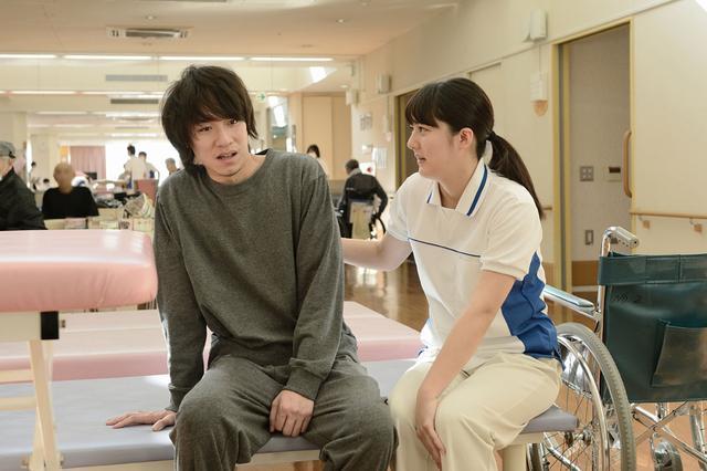 画像3: 「宇野愛海」主演作、「歩けない僕らは」がいよいよ11月23日より公開。「仕事に行き詰りながらも、しっかりと前を向いて患者と向き合う遥のかっこいい姿を見てほしい」