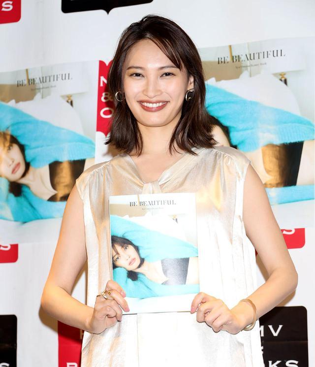 画像1: 女優・MC・モデルとマルチに活躍している「大政絢」が、自らの美の秘訣を開陳したフォトムック「BE BEAUTIFUL  Aya Omasa Beauty Book」を発売