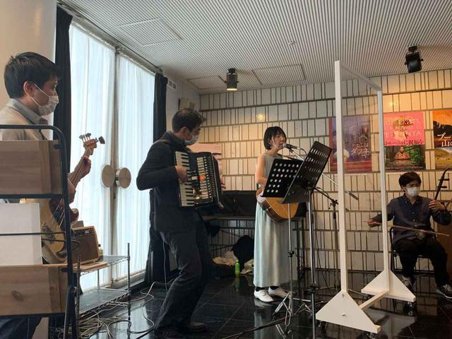 画像1: 北海道の美しい自然と四季を封じ込めた映画『モルエラニの霧の中』が、サプライズで劇場ミニライブを開催