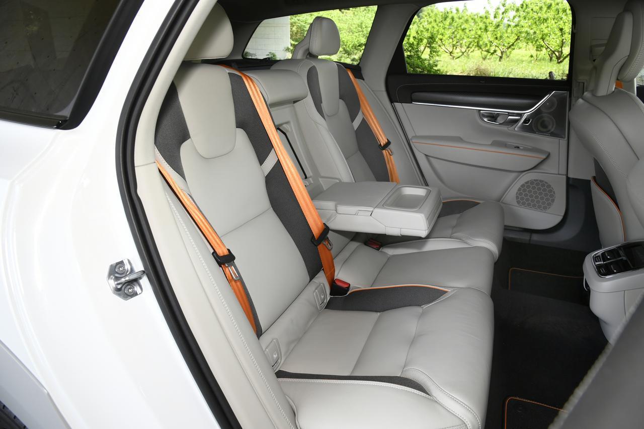 画像: オレンジ色のシートベルトやパイピングが目をひく、後席の広さも十分。バックレストは電動可倒式