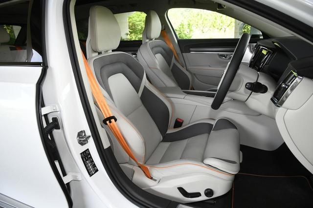 画像: 専用のスポーツシートはサポートが良く、長距離ツーリングでも疲れにくい。もちろん電動アジャストでヒーター内蔵