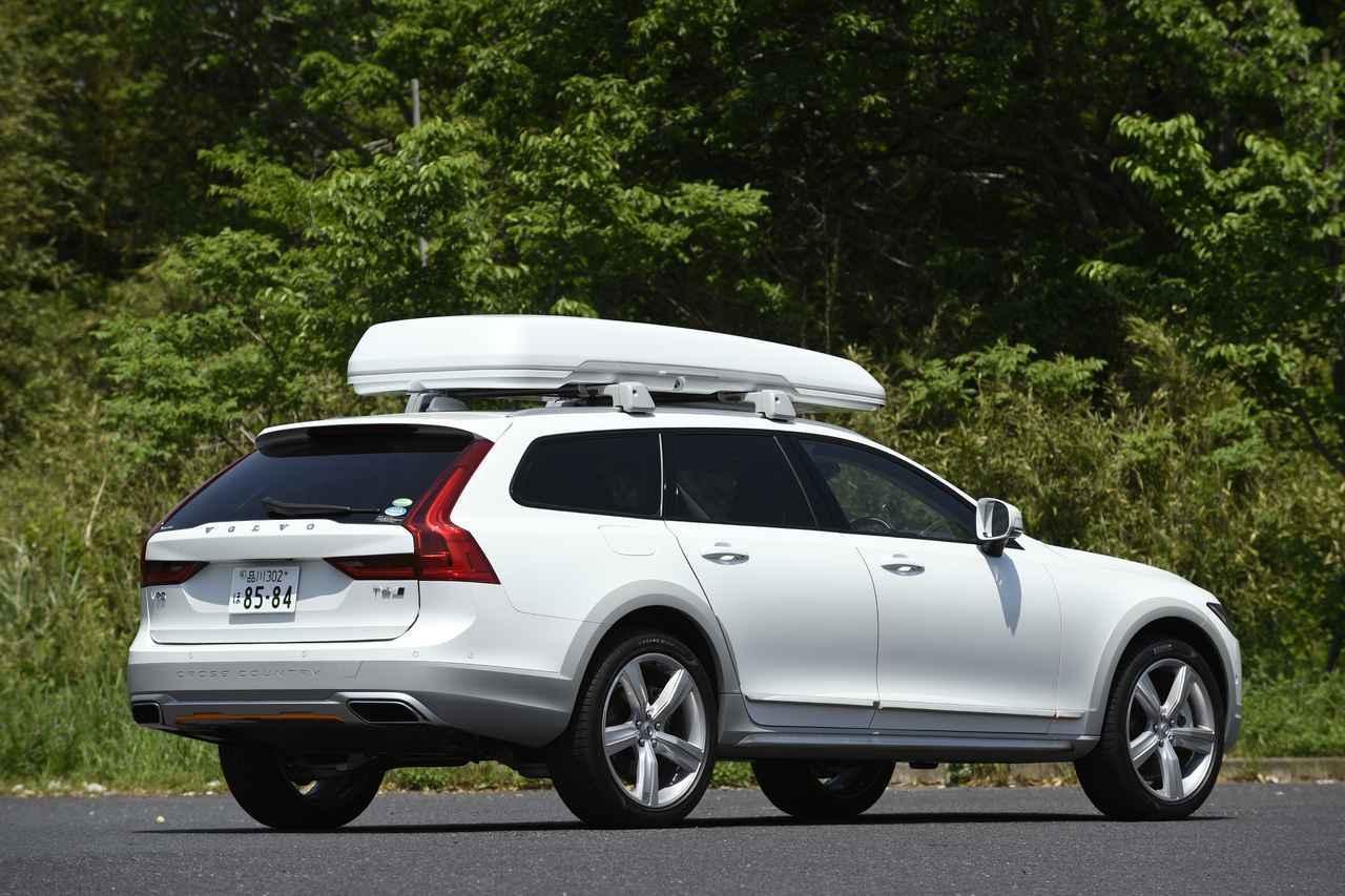 画像2: 外寸や車重などは、ベース車両と変わらない。クリスタルホワイトパールとカオリングレーの配色は、なかなかオシャレ