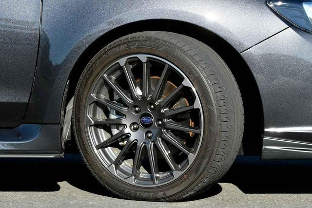 画像: ダークグレーのSTIスポーツ専用18インチホイールには225/45R18のタイヤが組み合わされている
