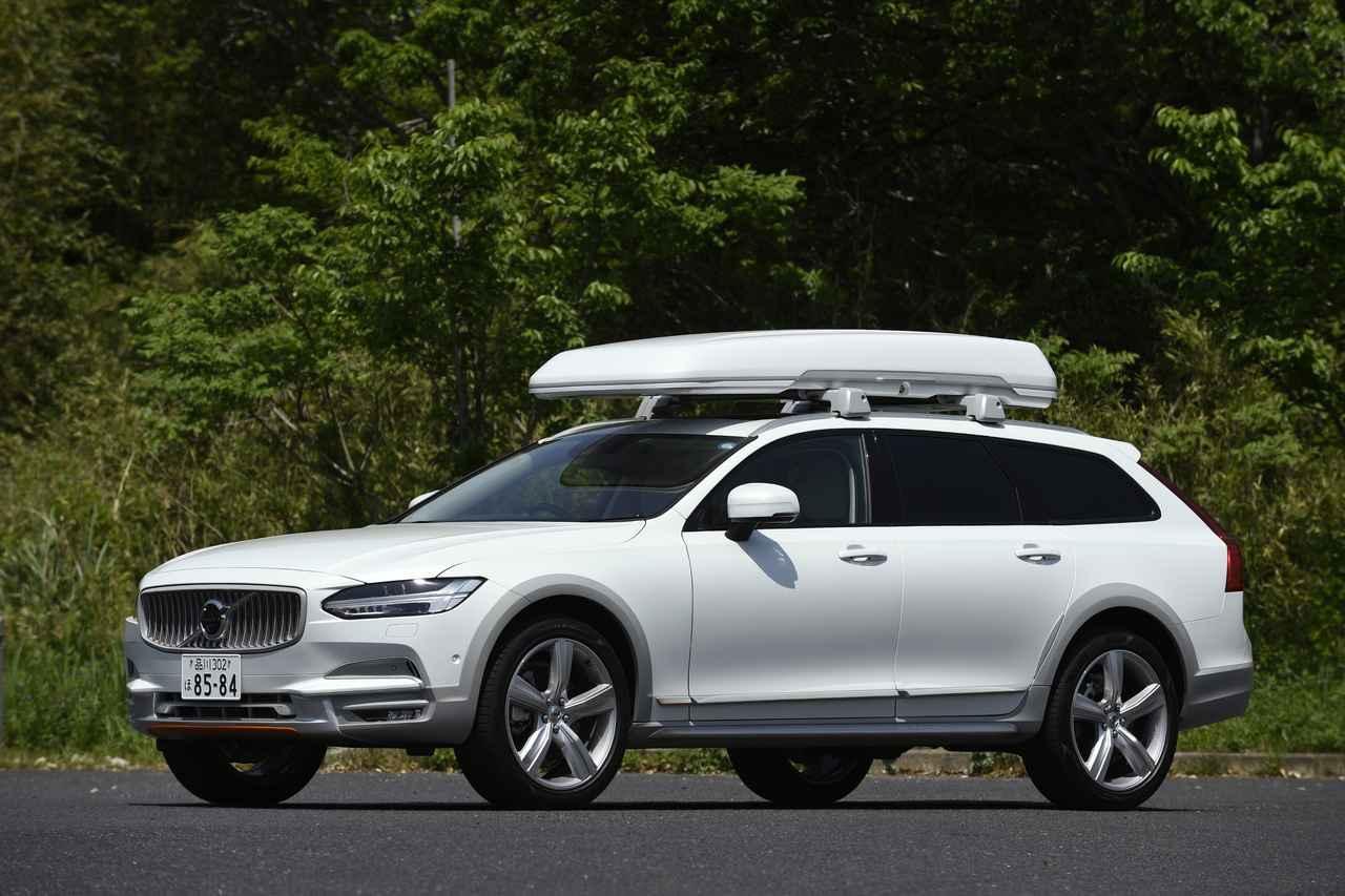 画像1: 外寸や車重などは、ベース車両と変わらない。クリスタルホワイトパールとカオリングレーの配色は、なかなかオシャレ
