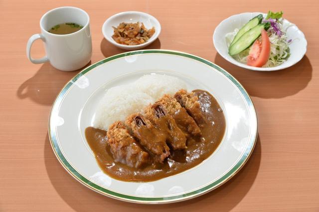 画像: 安達太良カレーには、福神漬け、スープ、サラダがセットで付きます