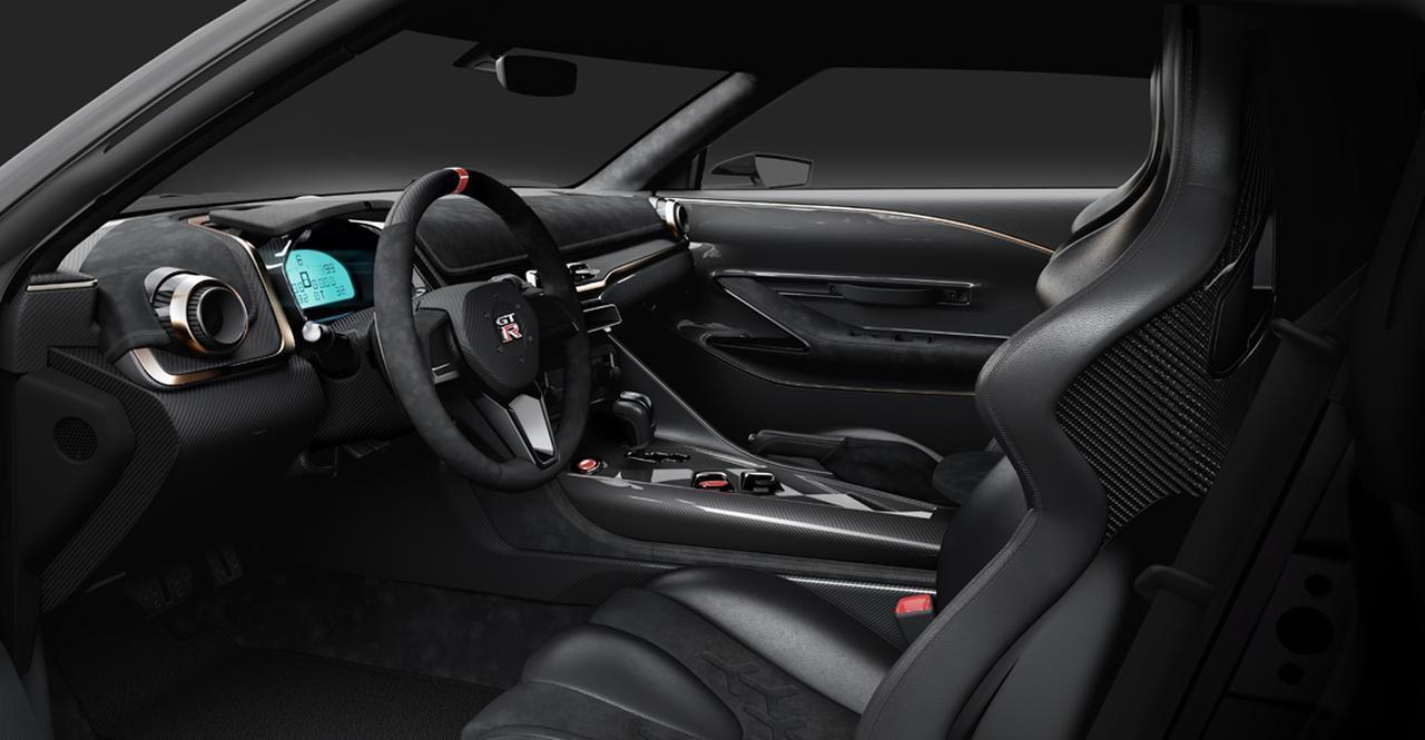 画像: ベース車のデザインを踏襲しながらも、メーターまわりなどを大胆にモデファイ。ステアリングはカーボン製