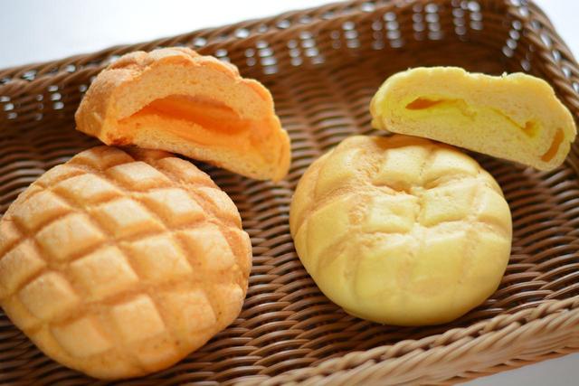 画像: 「プレミアムメロンパン」(280円・写真左)と8月末までの夏限定の「湘南ゴールドクリームパン」(220円・写真右)