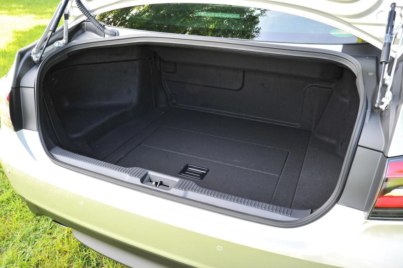 画像: ハイブリッド車のラゲッジルーム。バッテリーなどがあるため、2Lターボ車よりも奥行きがないが、ゴルフバッグ 3個は入る