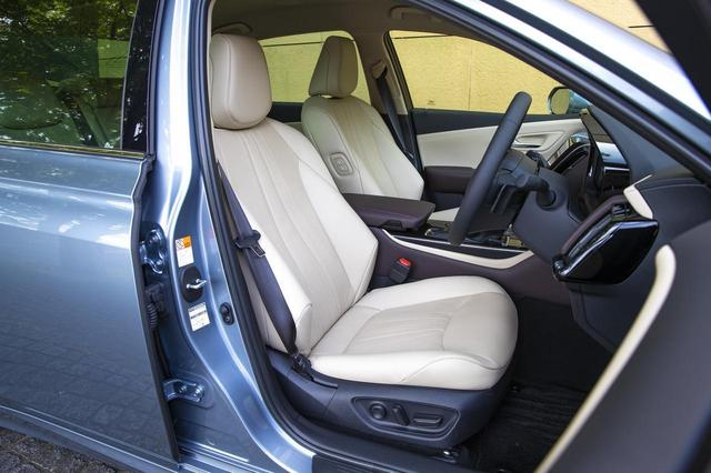 画像: クラウンGのニュートラルベージュの本革シート。「G Executive 」には後席用アシストグリップが前席シートバックに装備される