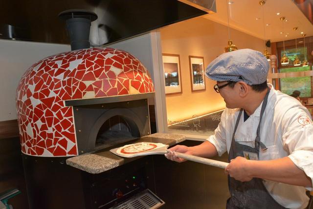 画像: ピザ釜のあるレストランも赤城高原SAの自慢のひとつ。山賊ピザ(1300円)が人気