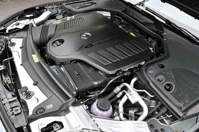 """画像: Sクラスに次いで搭載されたISG(インテグレーテッド・スターター・ジェネレーター)を採用した3Lの直6エンジンは、カバーに""""6 CYLINDER""""と刻まれている"""
