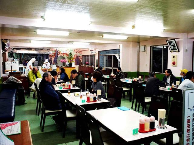 画像: 連日お客さんで賑わう本店。一人前「10個」ですが、女性でも簡単に食べ切れてしまう