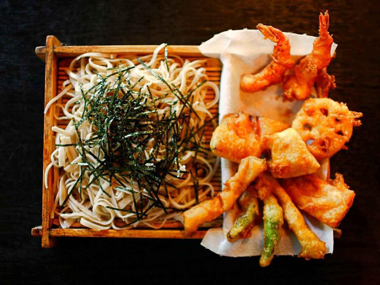 画像: [きよし]昔ながらの木の器と食べ応えのある天ぷらにファンが多い。蕎麦に一過言ある食通の通う名店