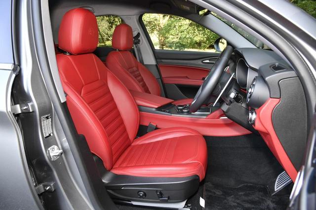 画像: ボディカラー「ブルカノブラック」に対応するインテリアカラーは「ブラック/レッド」と「ブラック/ベージュ」。試乗車は前者で、レッドのプレミアムレザーシートを採用