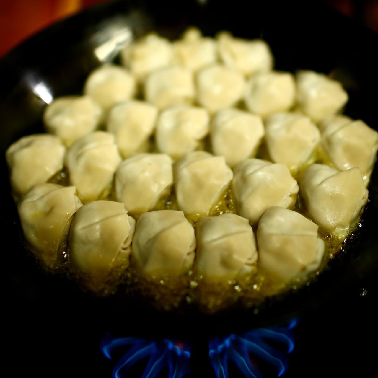 画像: しきつめた餃子を、まずはこんがり焼く