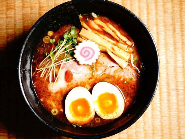 画像: 最後まで飲み干せるスープが特徴。「とはいっても、ラーメンは麺が主で、スープが従の関係です。それを崩さず作っています」(中野さん)