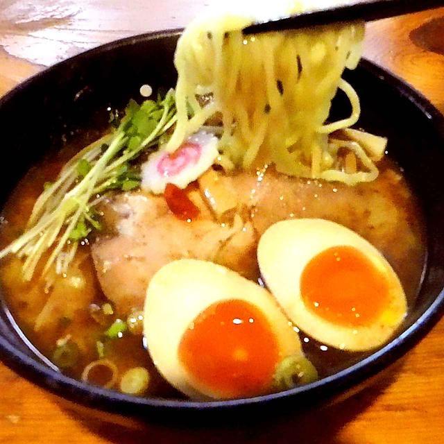 画像: 麺は中太。シコシコ歯ごたえツルツル喉ごし