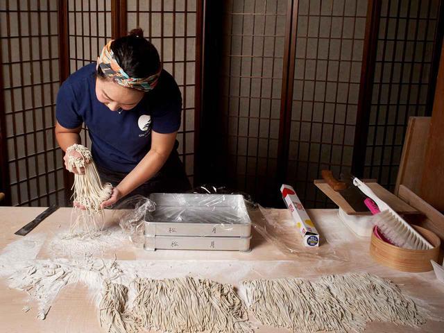 画像: そばを打つ棚橋さん。「蕎麦の神様」として全国のそば打ち職人から賛美される高橋邦弘さんにその実力を認められたひとり
