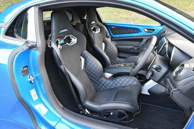 画像: Sabelt製の超軽量モノコックバケットシートを採用