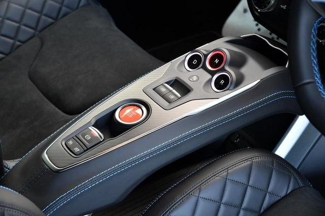 画像: スタート/ストップは中央の赤いボタン。セレクターレバーはなく、すべてボタン操作になる