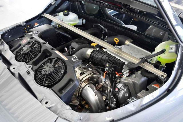 画像: ミッドシップレイアウトのため運転席の後ろに備わる1.8リッターターボエンジン。252ps/320Nmを発生