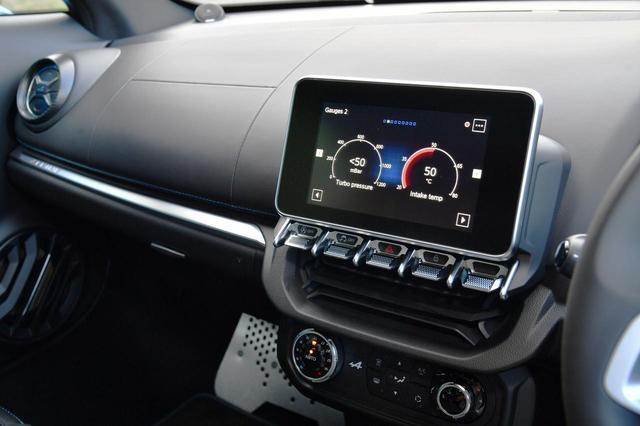 画像: タブレット形状の7インチマルチファンクションスクリーン。ここでラジオコントロールも行う