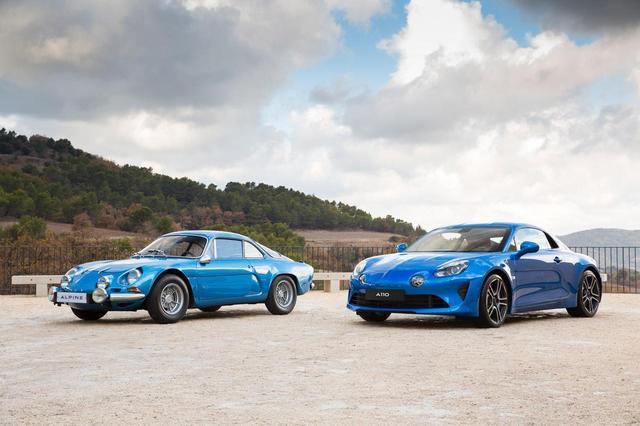 画像: 新型A110(右)と初代A110(左)。初代は1963年に発売、RRレイアウトと軽量FRPボディのおかげで、おもにラリーシーンで大活躍した伝説のスポーツカーだ。こう並べると、シルエットからキャラクターラインまで、いたるところに初代へのオマージュが感じられる。