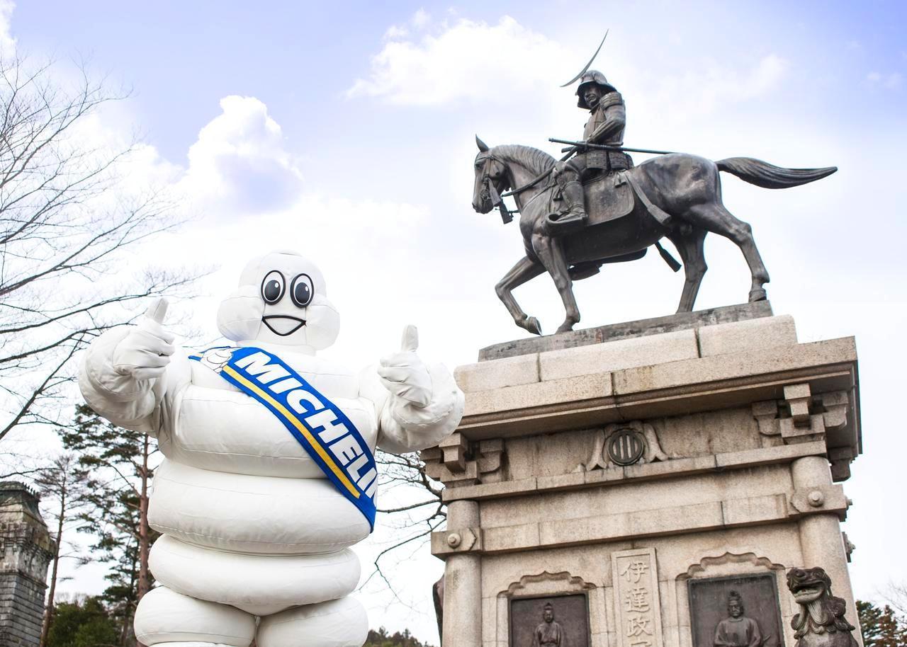 画像: 日本行脚中のミシュランマン。仙台の伊達政宗公の銅像前で!