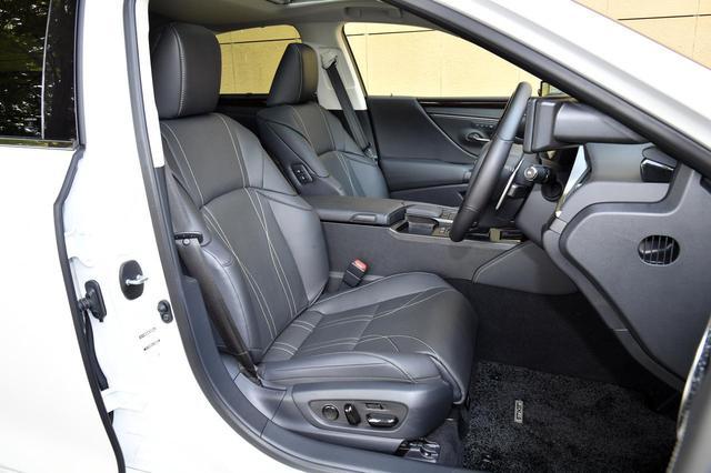 画像: バージョンLのフロントシート。本革で適度なホールド性を持つ
