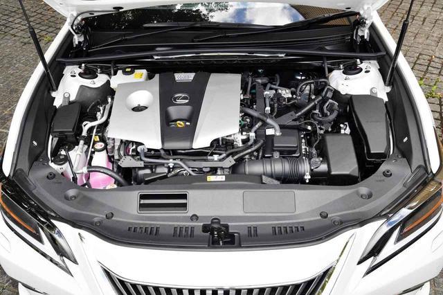 画像: 2.5リッターの直4エンジンとモーターを組み合わせたハイブリッド。JC08モード燃費で23.4km/Lと優れている。日本仕様のレクサスESはハイブリッドのみ
