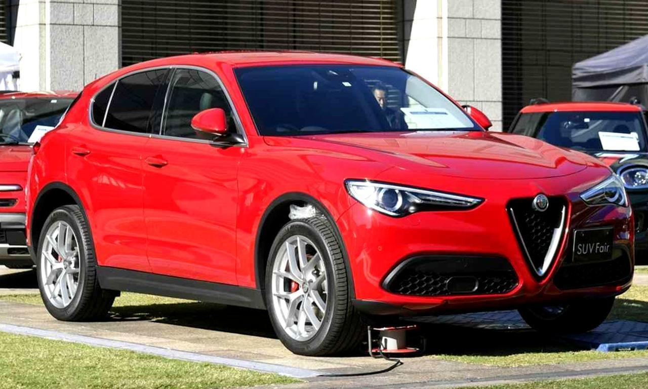 画像: 展示車はステルヴィオ ファーストエディション(689万円)。導入開始を記念した400台限定モデルで、右ハンドル設定のみとなる