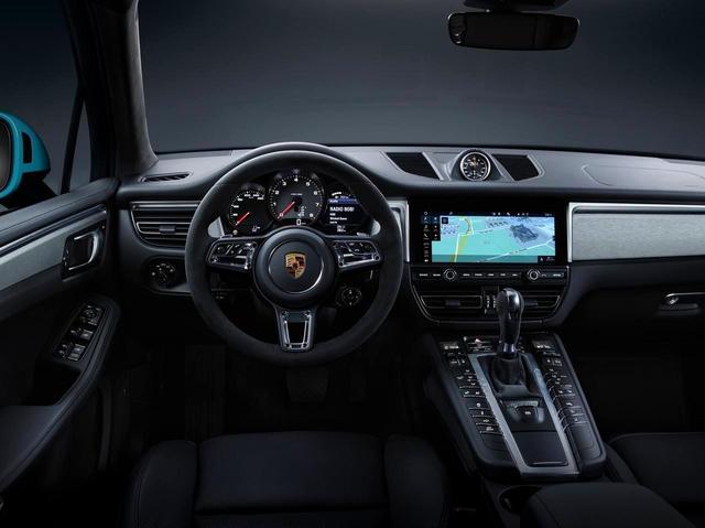 画像: 内装は大幅に進化。フルHDタッチスクリーンは7.1インチから10.9インチになりより操作性を向上。911と同じ方式のGTスポーツステアリングはオプション設定