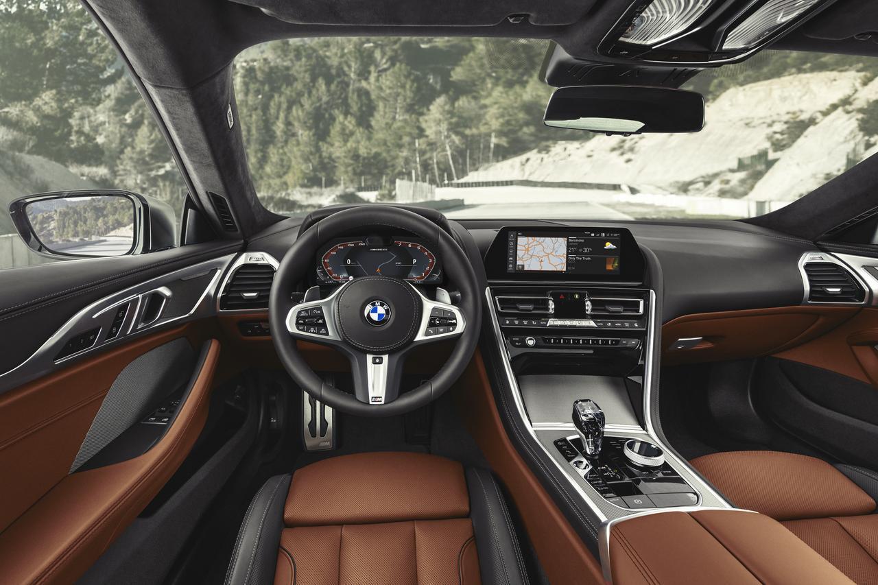 画像: BMWの伝統でドライバーオリエンテッドなインパネ。日本仕様は左ハンドルのほか、右ハンドル仕様も選べる