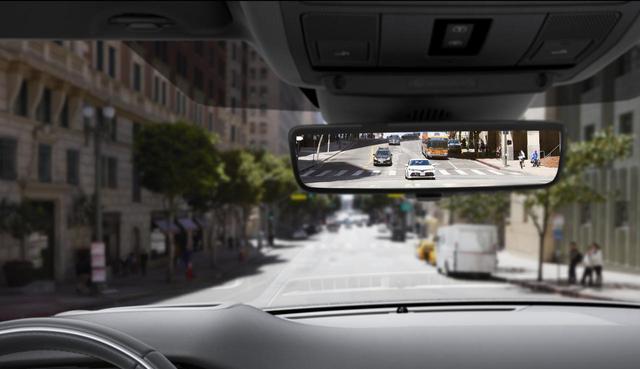 画像: 乗員や荷物でリアビューの視認性が悪い場合、ミラー下面にあるスイッチをフリックするだけでクリアな映像を提供する「クリアサイトリアビューミラー」。暗がりでの視認性も向上
