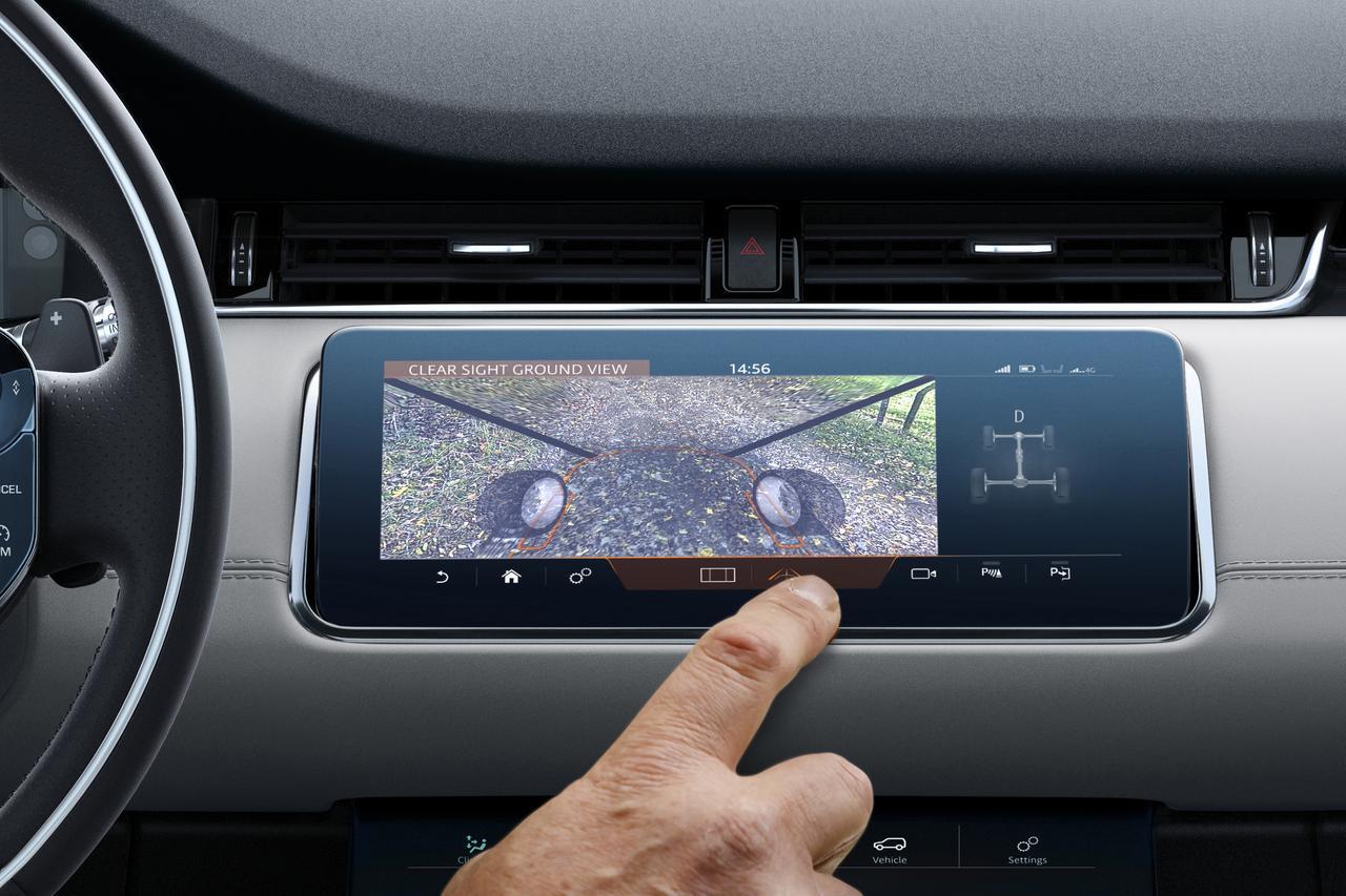 画像: 車両前方下部に設置したカメラで路面を撮影しその映像をタッチスクリーン上に映し出す