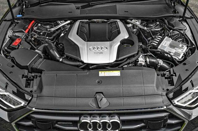 画像: 340psと500Nmを発生する3.0LのV6ターボエンジン本体はカバーでほとんど見えない。