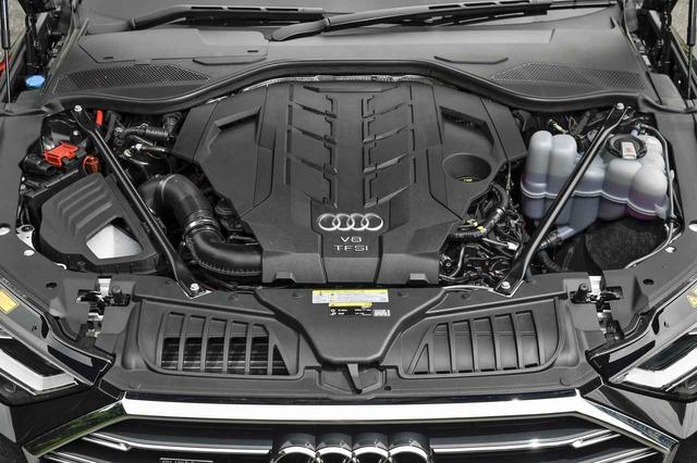 画像: 460psと580Nmを発生する40LのV8ツインターボエンジンも、本体はほとんど見えない。