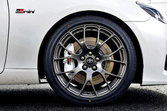 画像: 19インチBBS製鍛造アルミホイール。タイヤは前後で異なるサイズ