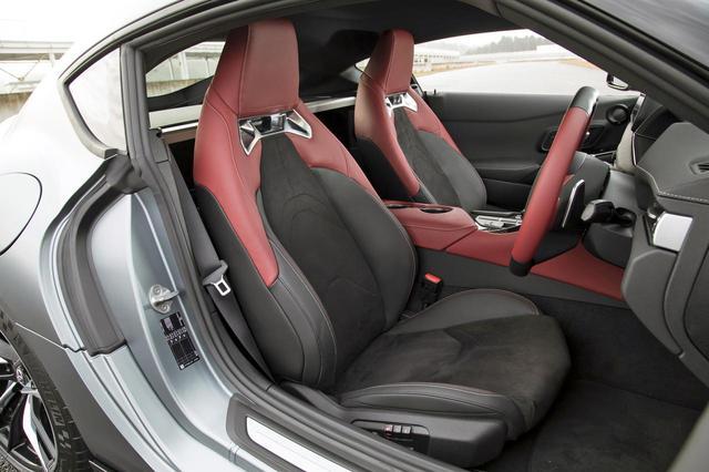 画像: RZでは本革&アルカンターラのスポーツシートが採用されている。