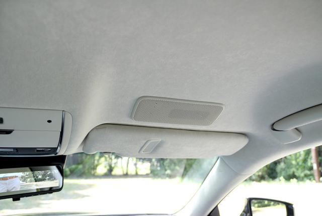 画像: サンバイザーの手前にマウントされているのが天井アレイスピーカー。運転席と助手席それぞれに設置されている。