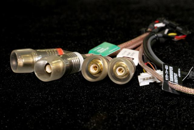 画像: サイバーナビ χシリーズでは標準装備となる高音質ハーネス。画像のライン出力ハーネスと、スピーカー出力&電源ハーネスには、信号伝達ラインに無酸素銅(OFC)線材が採用される。
