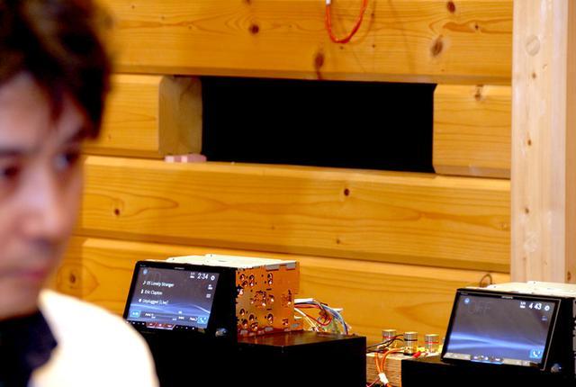 画像: パイオニア・カロッツェリアの開発で使用される試聴室で、サイバーナビ χシリーズ(画像左)と17年サイバーナビ(右)の比較試聴に挑む。