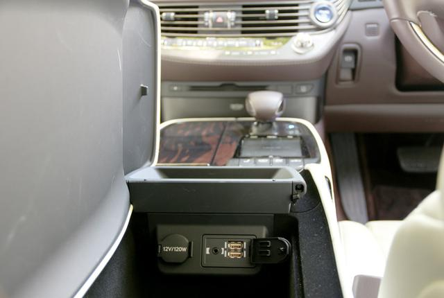画像: フロントシート間のグローブボックスを開けると、USBメモリースロットと3.5mmステレオミニジャックのAUX入力があらわれる。