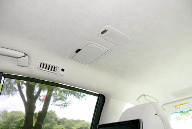 画像: こちらはリアシート用の天井アレイスピーカー。左右席ともライト付きのミラーとセットになって設置されている。