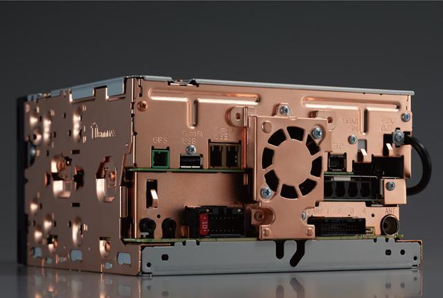 画像: 振動対策として、T字型のリブ加工されたリアパネルは17年サイバーナビと同様ながら、サイバーナビ χシリーズでは銅メッキ処理が施され、さらに制振化されている。
